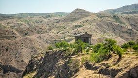 Armenisk kloster mellan bergen i Armenien Arkivfoto