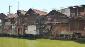 Armenviertel auf dem Riverbank in Jakarta indonesien stock video