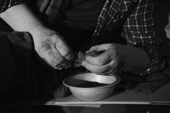Armer älterer Mann mit Schüssel und Brot Schwarzweiss-Effekt stockfoto
