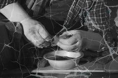 Armer älterer Mann mit Schüssel und Brot Schwarzweiss-Effekt lizenzfreie stockfotos