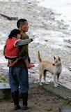 Armer Dong Old-Mann, -kind und -hund in altem Dorf, C Stockbilder