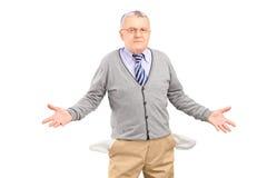Armer Mann, der seine leeren Taschen zeigt Stockfotos