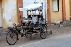 Armer Mann, der in seiner Fahrradrikscha schläft Stockfoto