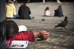 Armer Mann, der sich in Paris hinlegt lizenzfreie stockfotografie
