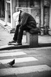 Armer Mann in Paris lizenzfreies stockbild