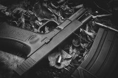 Armes à feu et balle, armes et équipement militaire pour l'armée, pistolet de 9mm images libres de droits