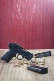 Armes à feu et munitions sur en bois Image stock