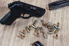 Armes à feu et munitions sur en bois Photos stock