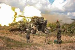 Armes à feu soviétiques d'artillerie dans l'action images stock