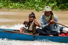 Armes Camdodian, das mit einer Schlange anzeigt Lizenzfreies Stockfoto