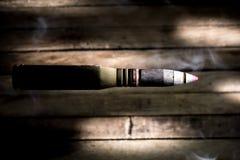 Armes, cartouche sur le fond en bois images libres de droits