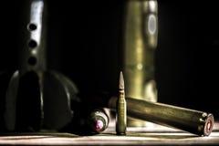 Armes, cartouche sur le fond en bois photos stock
