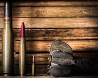 Armes, cartouche sur le fond en bois photos libres de droits