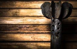 Armes, cartouche sur le fond en bois photo libre de droits