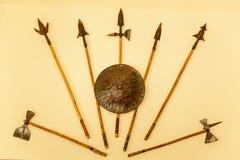 Armes d'un guerrier, lances, haches, bouclier Photos libres de droits