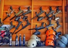 Armes ? feu et casques photographie stock