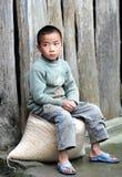 Armes Kind im alten Dorf in China Stockbild