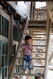 Armes Kind im alten Dorf in China Lizenzfreies Stockfoto