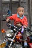 Armes Kind im alten Dorf in China Lizenzfreie Stockbilder