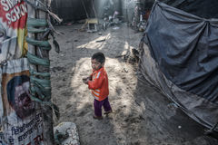 Armes Kind an seinem Haus stockfoto