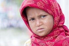 Armes Kindermädchen bittet um Geld von einem Passanten in Srinagar, Kaschmir JANUAR 2008: Ein nicht identifizierter armer Bettler Stockbild