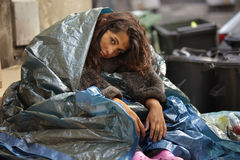 Armes Mädchen in der Stadt Lizenzfreie Stockfotografie