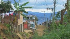 Armes Viertel in Latein-Amerika mit ungepflasterter Straße mit Leuten stock video footage