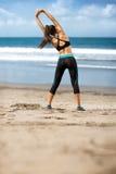 Armi d'allungamento femminili ed esercizi respiranti Immagini Stock