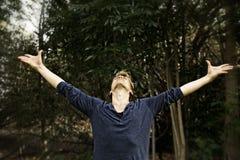 Armi d'estensione dell'uomo nella posa di yoga di saluto Fotografia Stock Libera da Diritti
