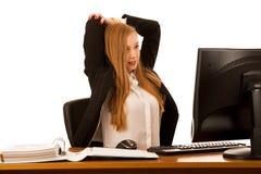 Armi dello stretche della donna di affari durante il lavoro in ufficio Fotografia Stock Libera da Diritti