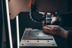 Armi dello strumento cambiante del lavoratore in fresatrice di CNC Immagini Stock Libere da Diritti