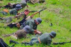 Armi di caricamento durante la battaglia fotografia stock libera da diritti