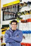 Armi di condizione del cliente attraversate nel negozio dell'hardware Fotografie Stock