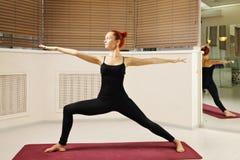 Armi di posa di yoga allungate Fotografia Stock
