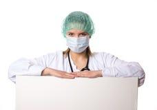 Armi di riposo di medico femminile su un segno Fotografia Stock Libera da Diritti