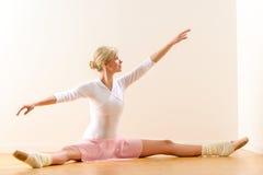 Armi di sollevamento del ballerino di balletto che si esercitano nello studio immagini stock libere da diritti