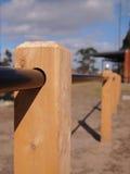 Armi in legno il palo della barriera ed il tubo della barriera in un parco pubblico fotografia stock libera da diritti