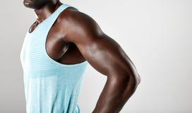 Armi muscolari del giovane uomo africano Fotografia Stock