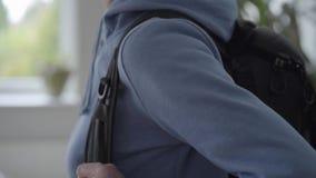 Armi rugose che riparano zaino alla parte posteriore archivi video