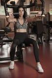Armi sportive attive di allenamento della donna nella palestra del club di forma fisica Immagine Stock Libera da Diritti
