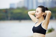 Armi streching della giovane donna asiatica prima dell'esercizio Fotografie Stock Libere da Diritti