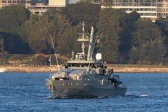 Armidale-klassepatrouillenboot HMAS Bundaberg ACPB 91 der k?niglichen australischen Marine in Sydney Harbor lizenzfreie stockbilder
