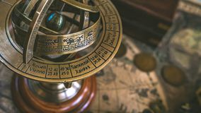 Armillary σφαίρα με ένα Zodiac ηλιακών ρολογιών σημάδι στοκ φωτογραφία με δικαίωμα ελεύθερης χρήσης