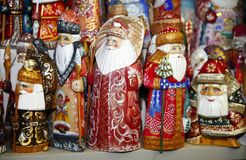 Armén av träSanta Claus dockor på jul marknadsför Royaltyfri Bild