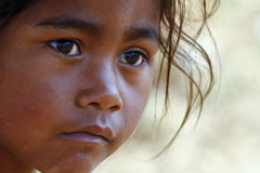 Armod stående av en fattig liten afrikansk flicka Royaltyfria Foton