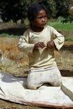Armod stående av en fattig liten afrikansk flicka arkivfoton