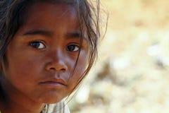 Armod stående av en fattig liten afrikansk flicka som är borttappad i djup tho royaltyfri foto