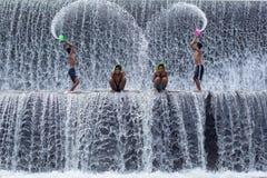 Armoedejongens die pret hebben bij de dam van Tukat Unda, Bali royalty-vrije stock afbeelding