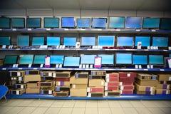 Armoire avec des affichages à cristaux liquides et des moniteurs  Photo stock