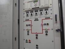 Armoire de commande grise à la sous-station électrique photographie stock